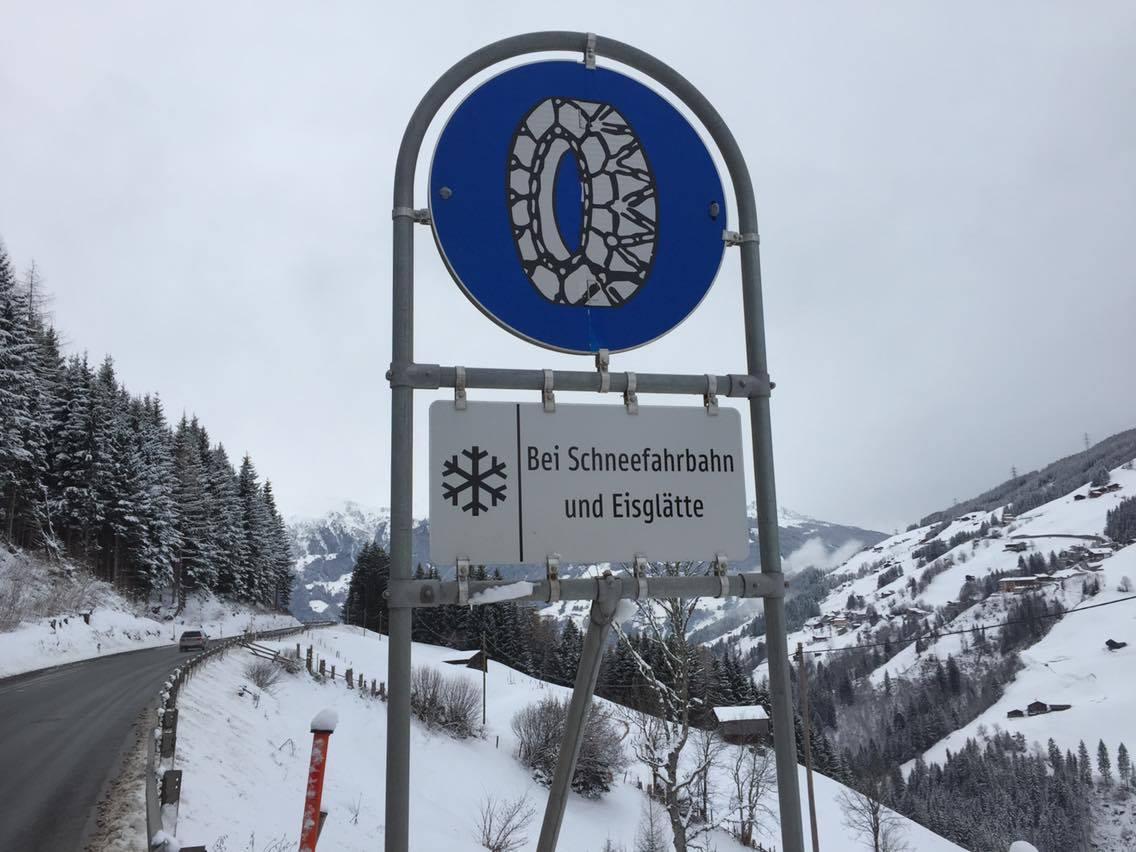 Verkeersbord sneeuwkettingen verplicht