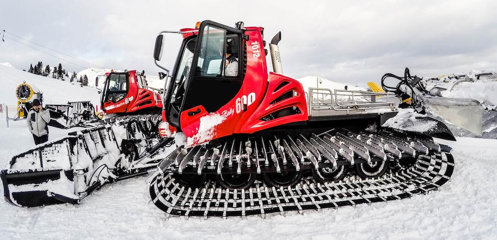 Rode pistenbully in de sneeuw | pistenbullybestuurder