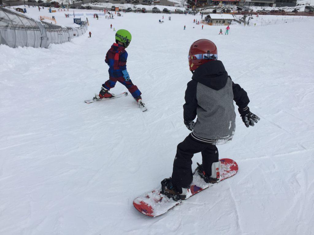 Kinderen op snowboard bij Chickies & Binkies