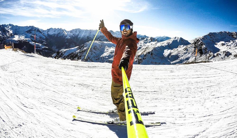 Skistok wintersportcadeaus onder de kerstboom