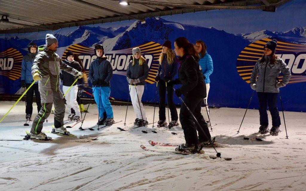 Skiles in een indoor skihal
