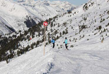 Skiërs op de piste in skigebied Hochzillertal-Hochfügen