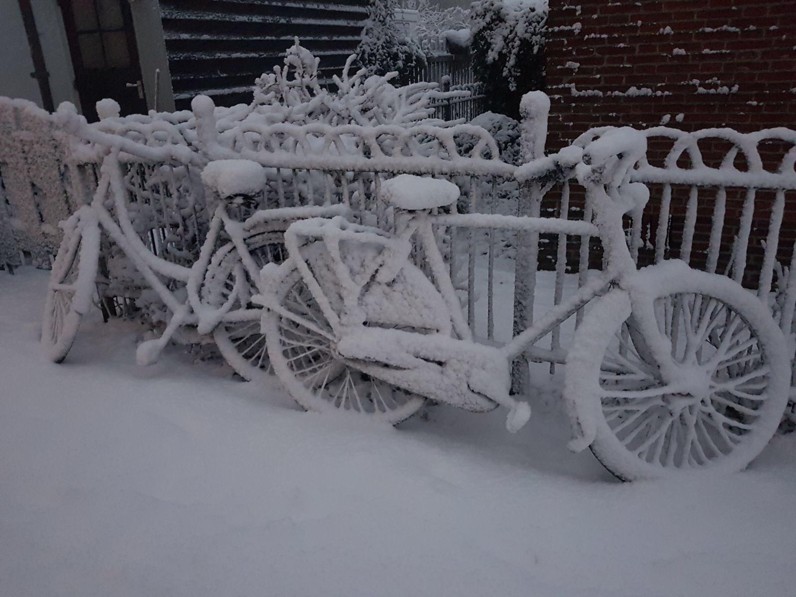 Sneeuw in Nederland op een fiets