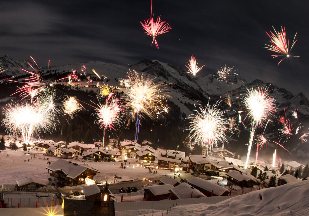Vuurwerk in de bergen tijdens wintersport oud en nieuw