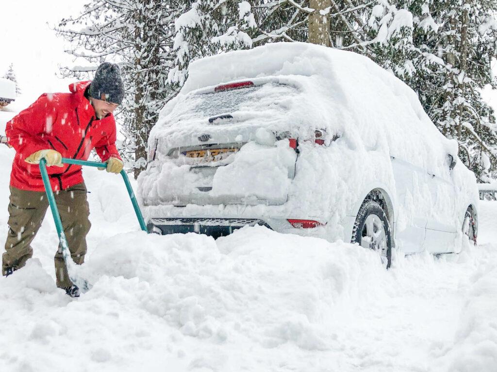 Auto sneeuwvrij maken