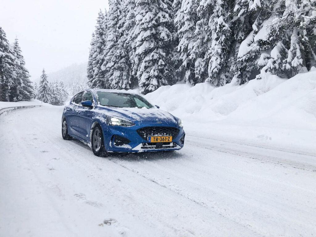 Verkeersdrukte voorjaarsvakantie, rijden in de sneeuw