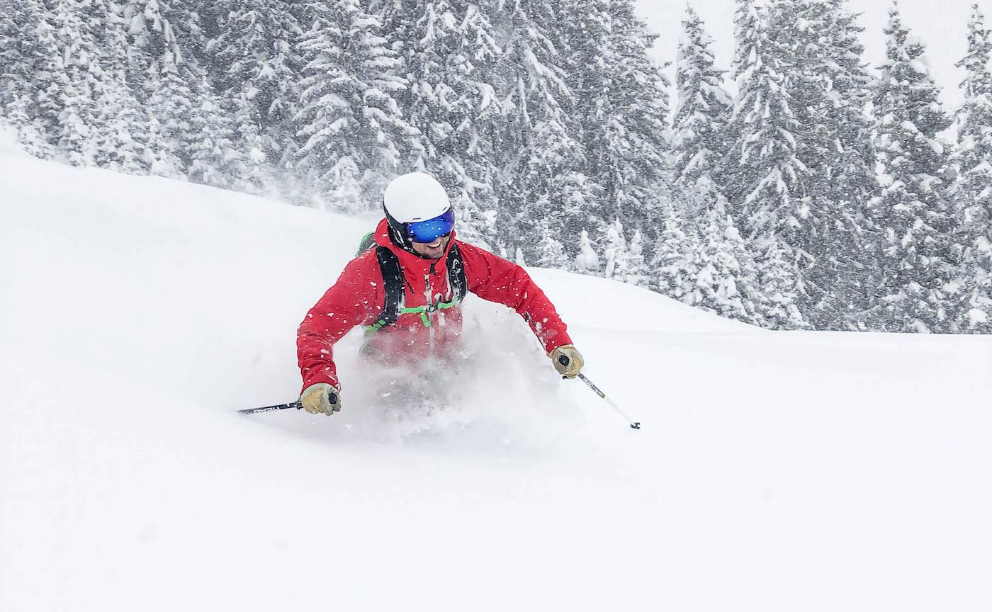 Freeriden met een freeride ski in de poedersneeuw
