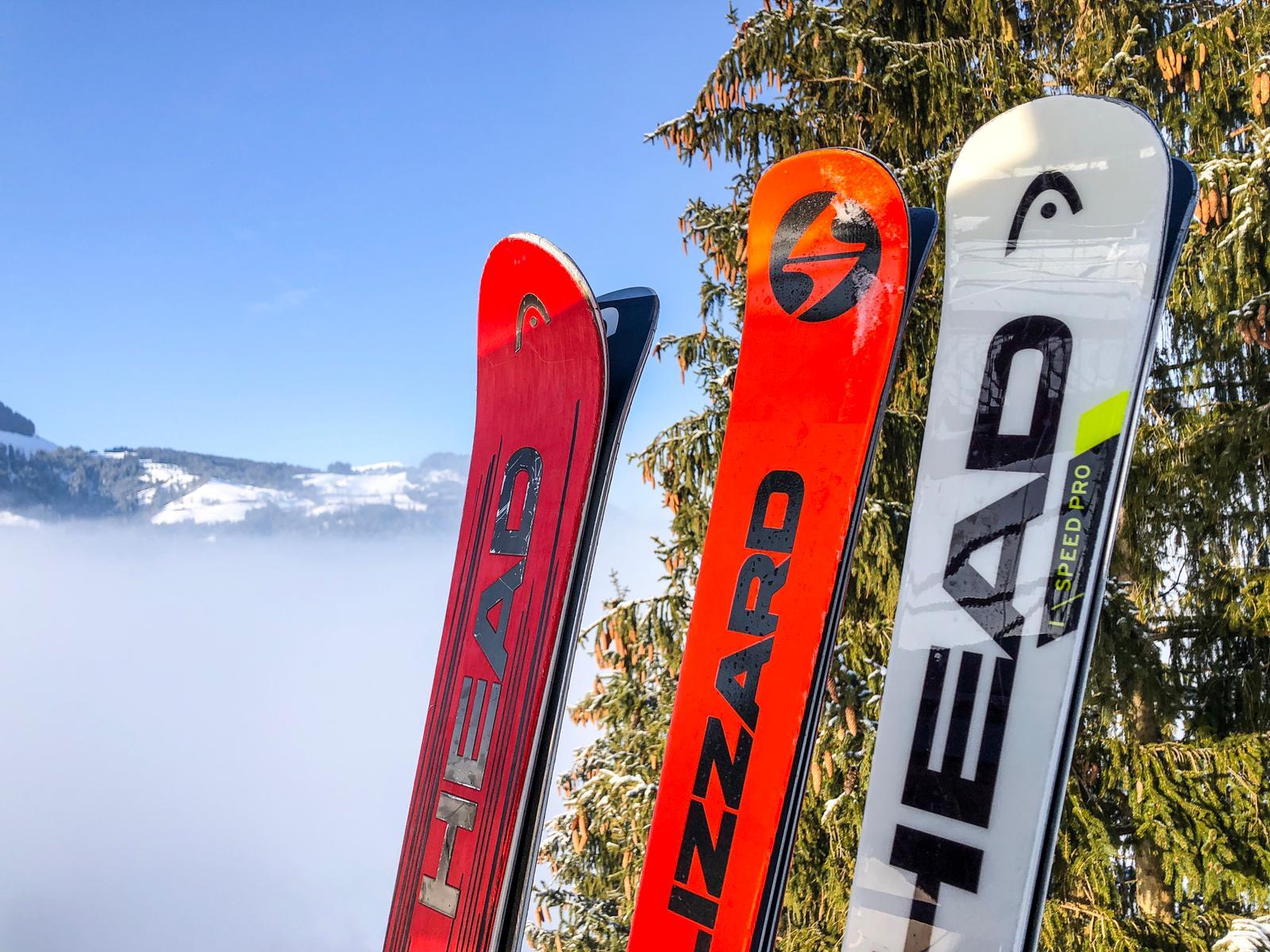Head ski's in de skilift
