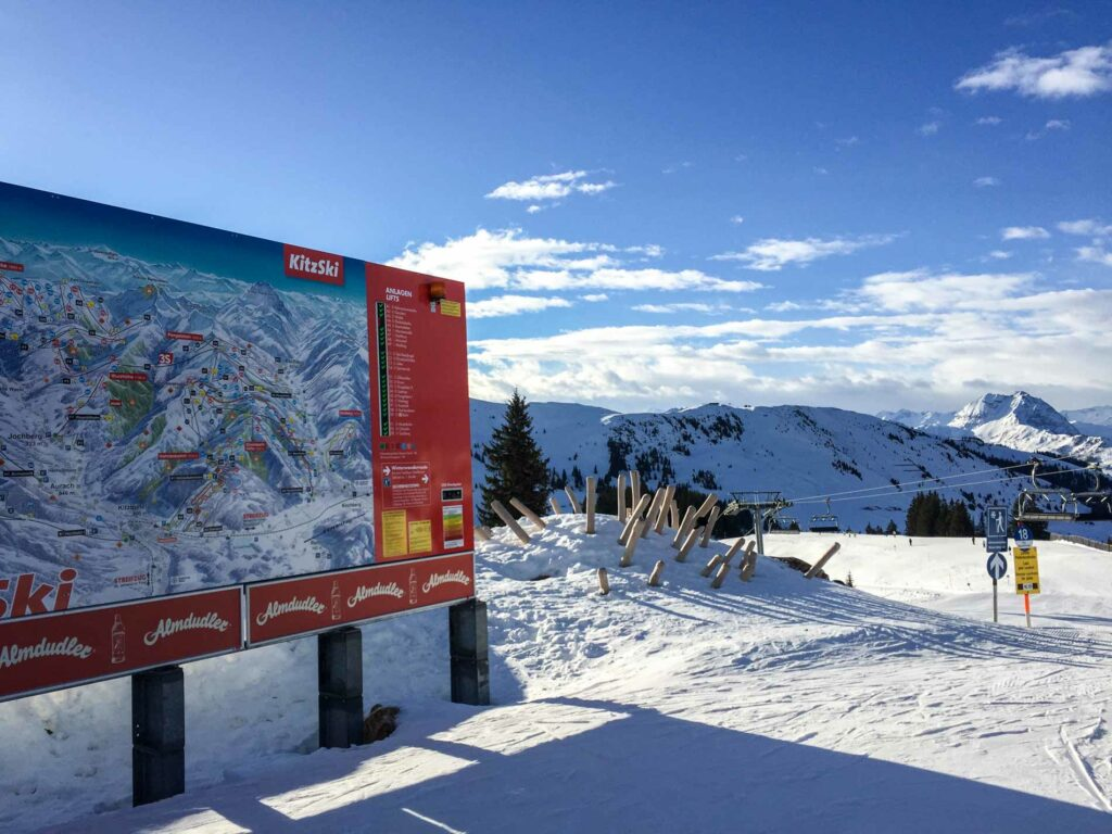 Lawinegevarenschaal waarschuwingslamp op pistebord in skigebied