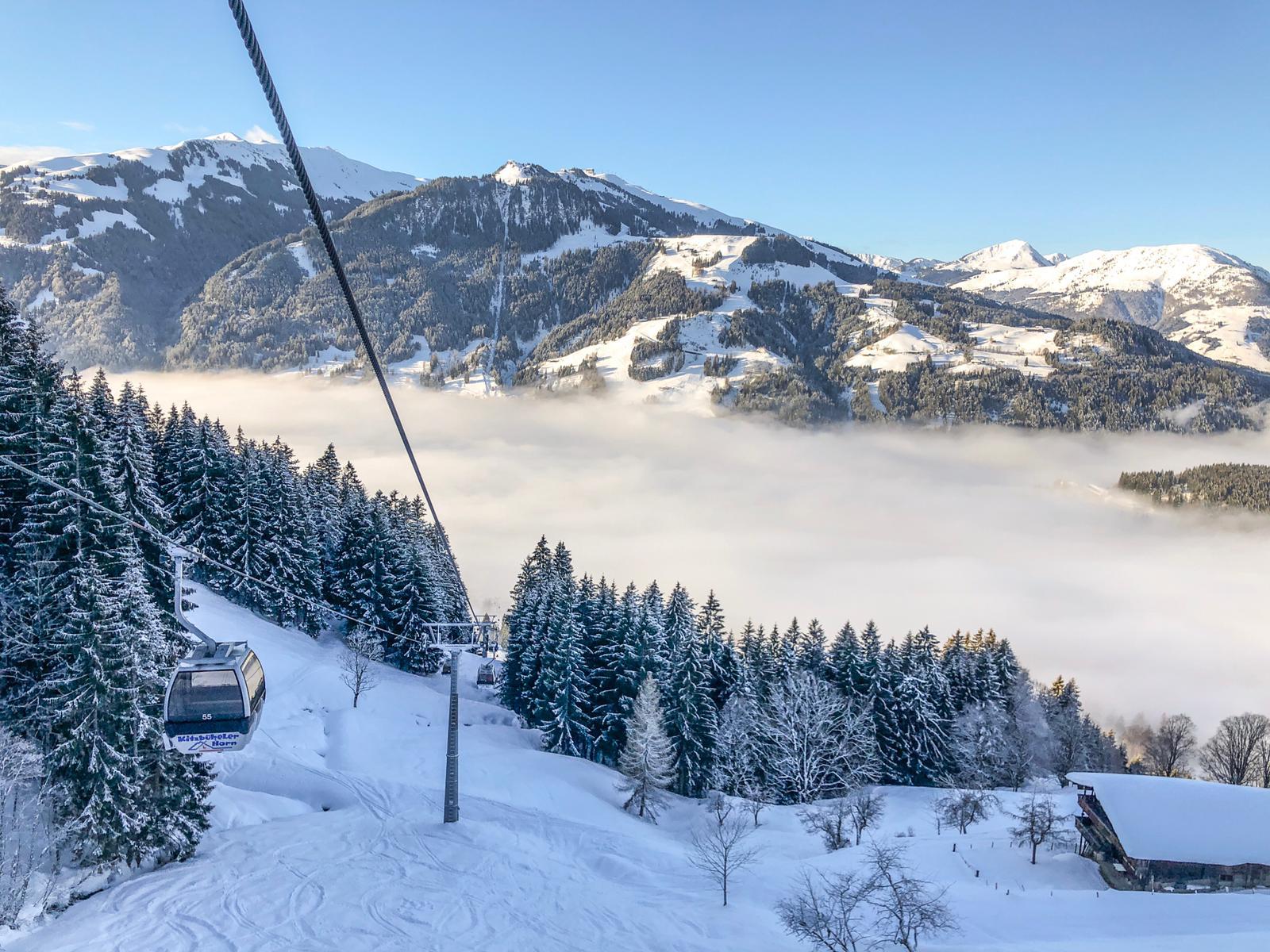 Wintersport in Kitzbühel, mist, zon en verse sneeuw en gondel