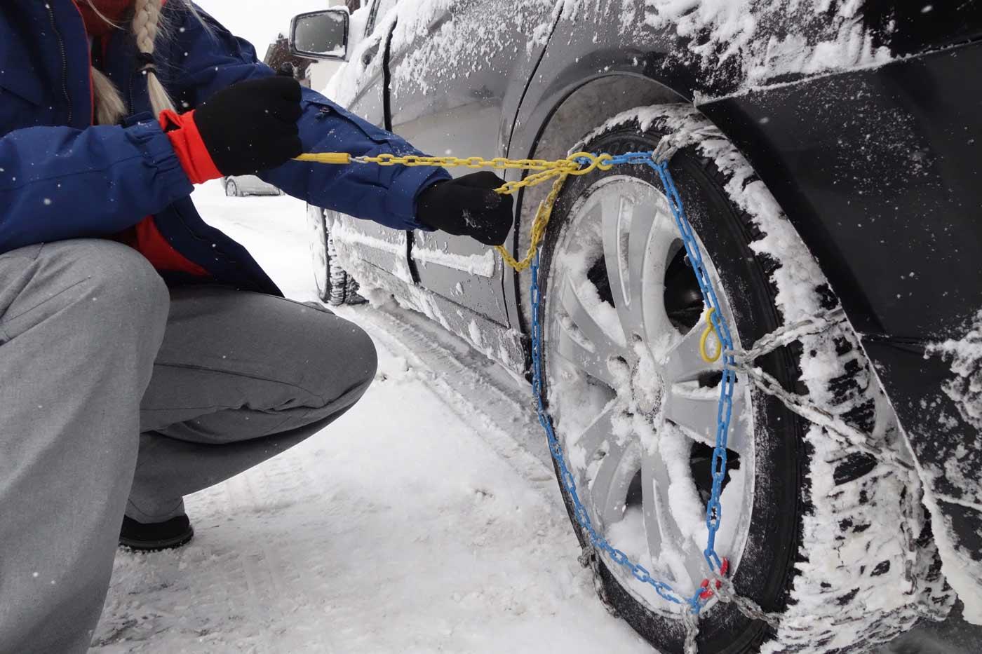 Sneeuwkettingen omleggen om een autoband