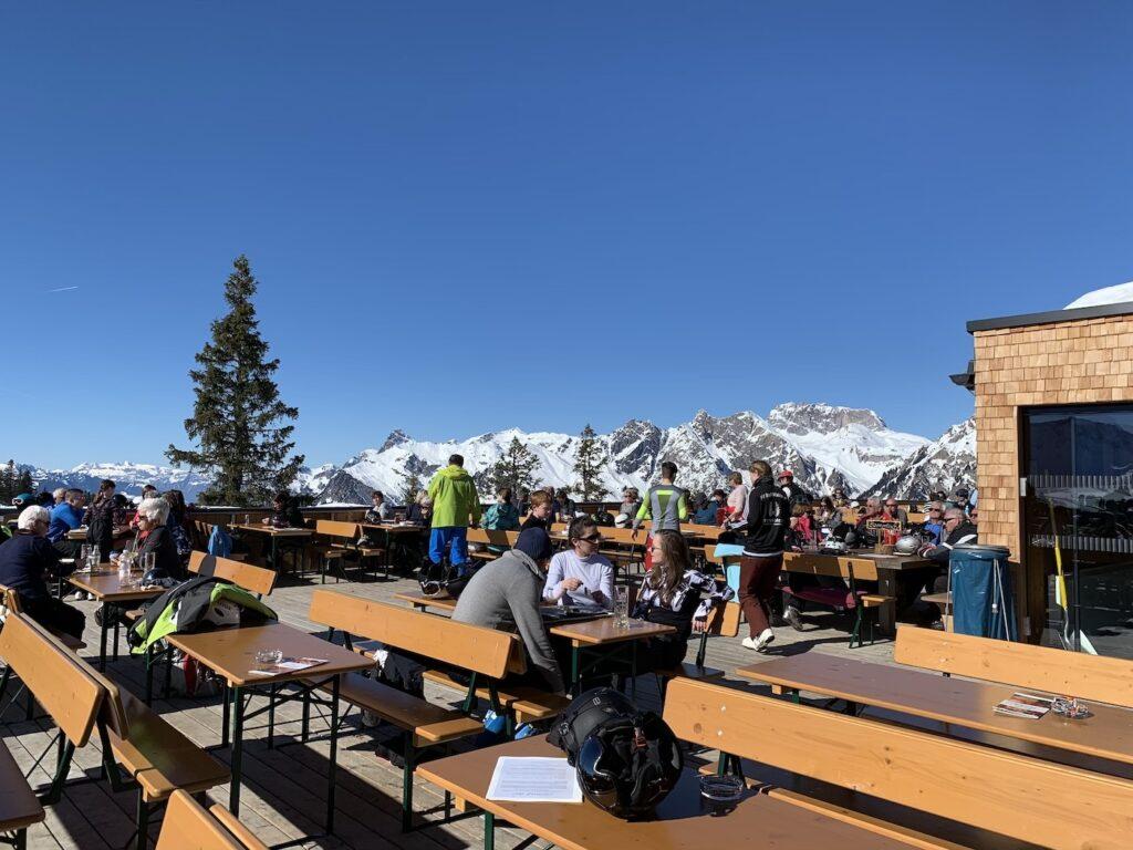 Terras bij skigebied Sonnenkopf in Oostenrijk