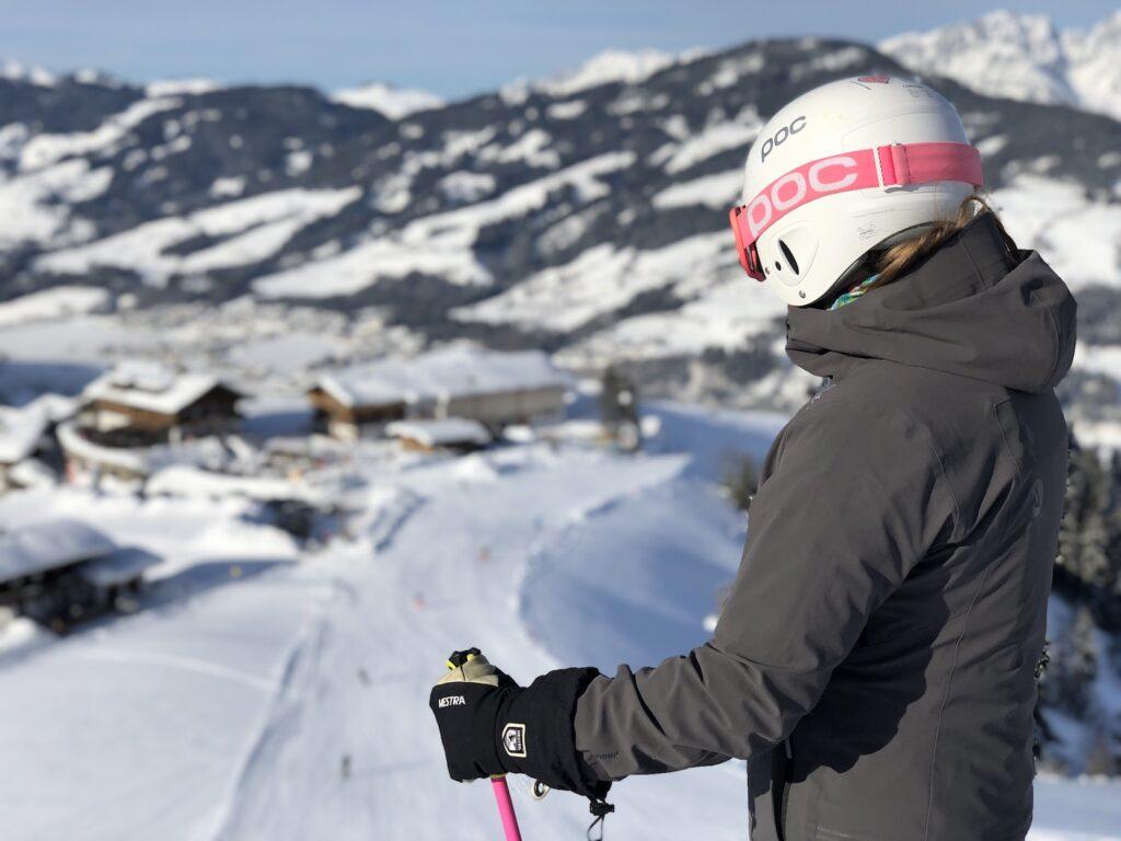 Met skihelm op de piste
