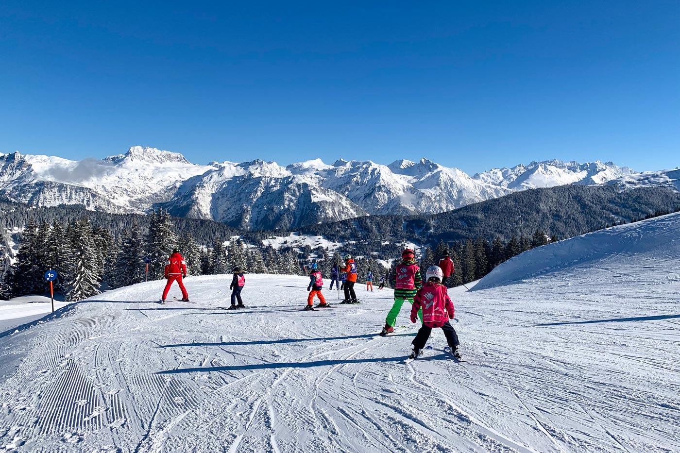 Kinderen skiën op de piste in het Montafon