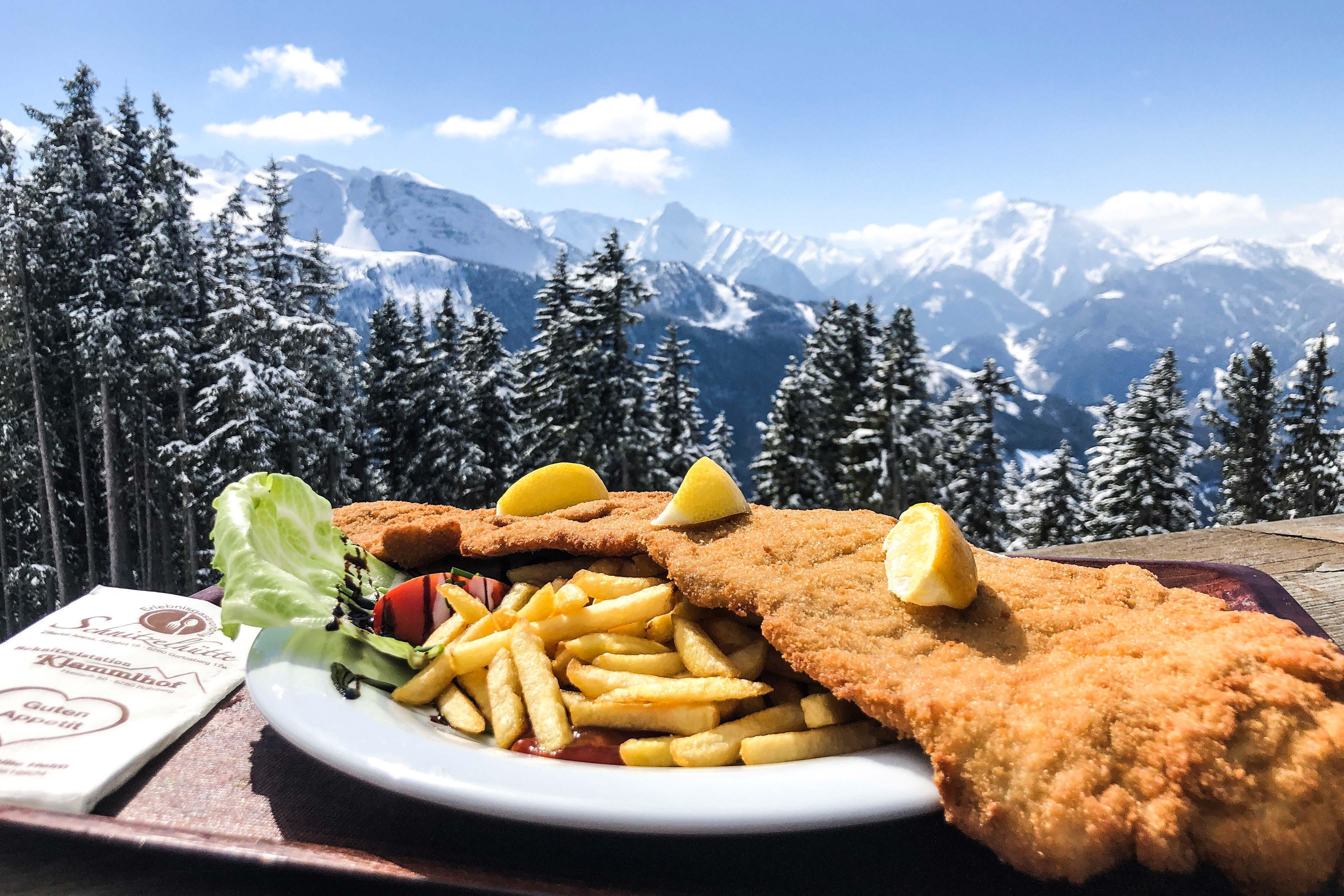 XXL Schnitzel bij een berghut in de Alpen