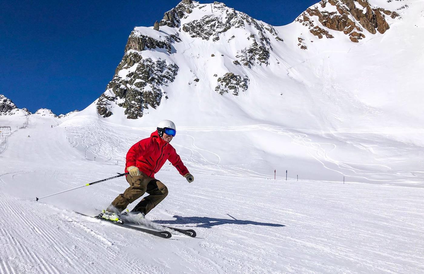 Skiën op wintersport op de piste
