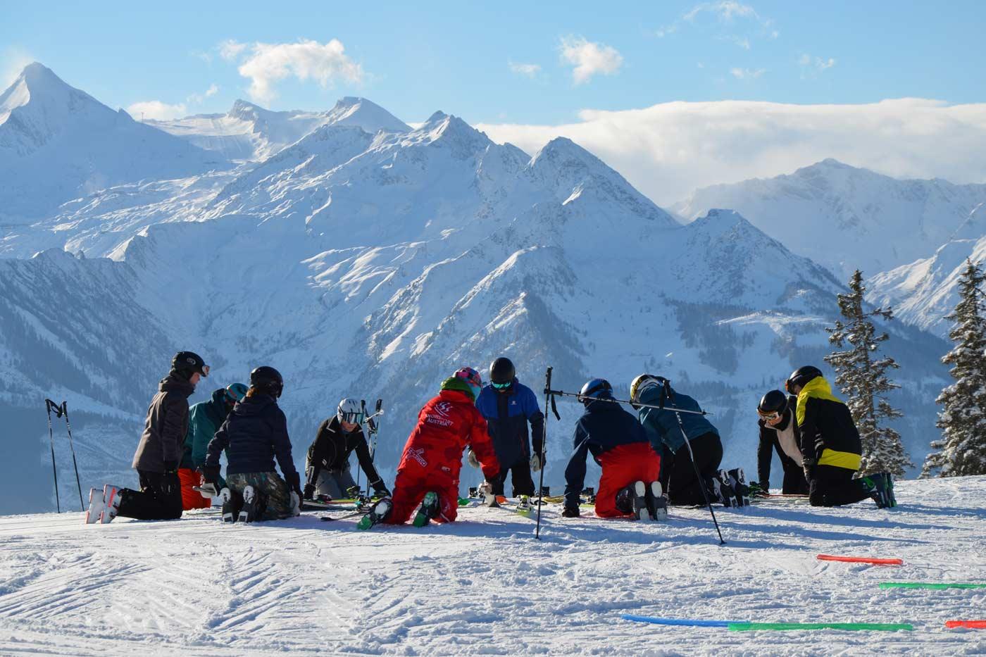 Skileraren oefenen voor skileraar op de piste