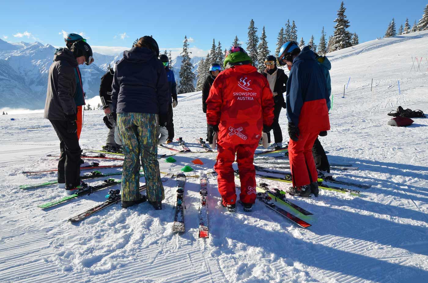 Skileraar met klasje op de piste