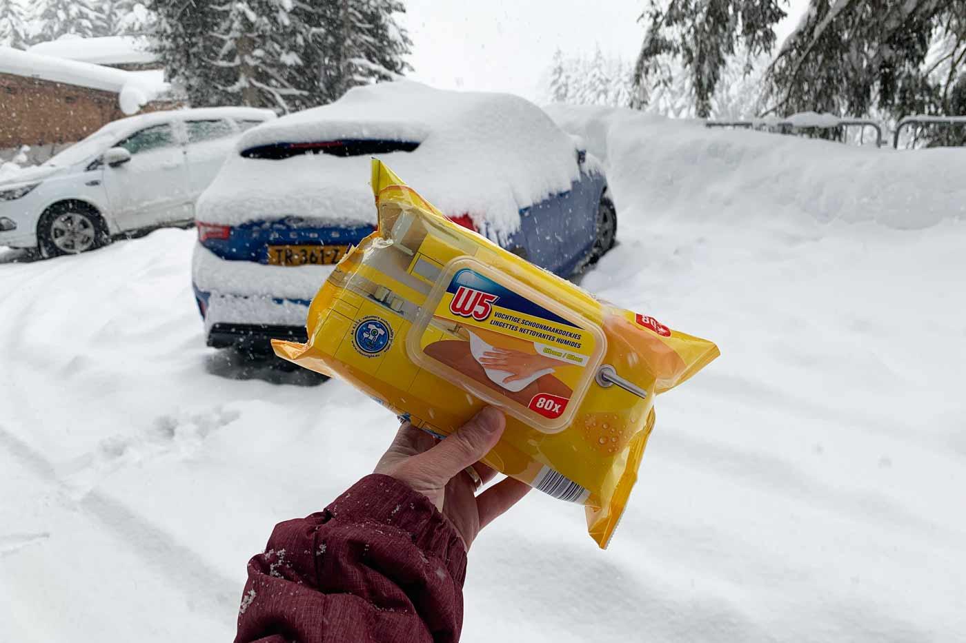 Schoonmaakdoekjes in de auto op wintersport