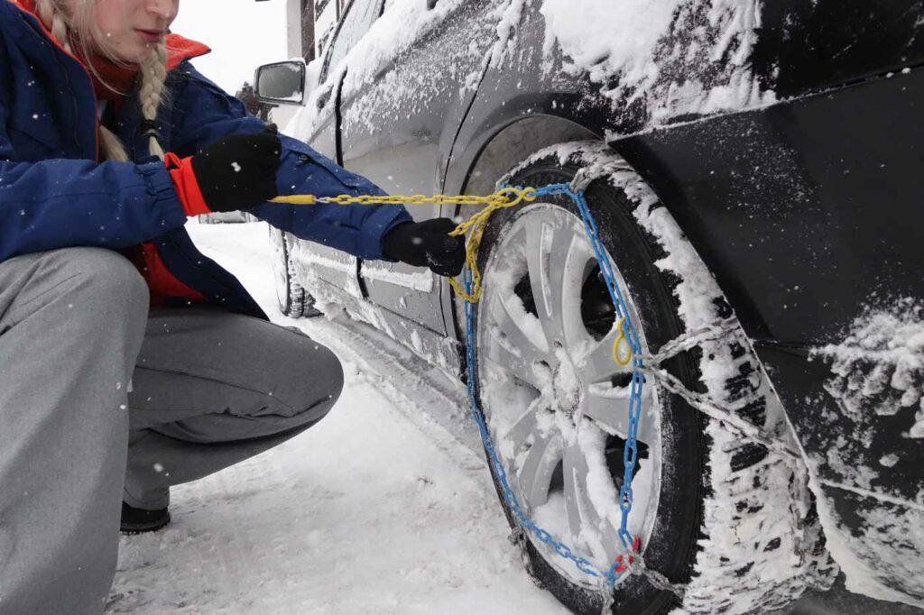 Sneeuwkettingen omleggen op wintersport