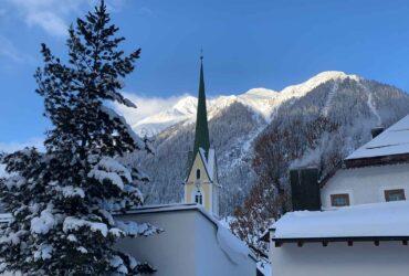 Kerk in Ischgl met sneeuw