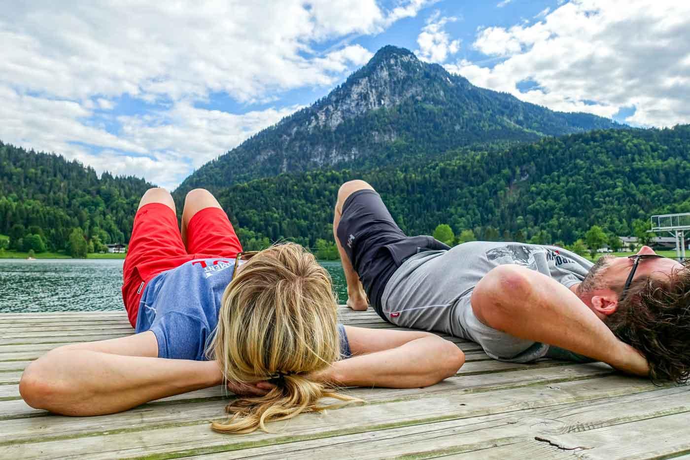 Liggen aan een bergmeer in de Alpen