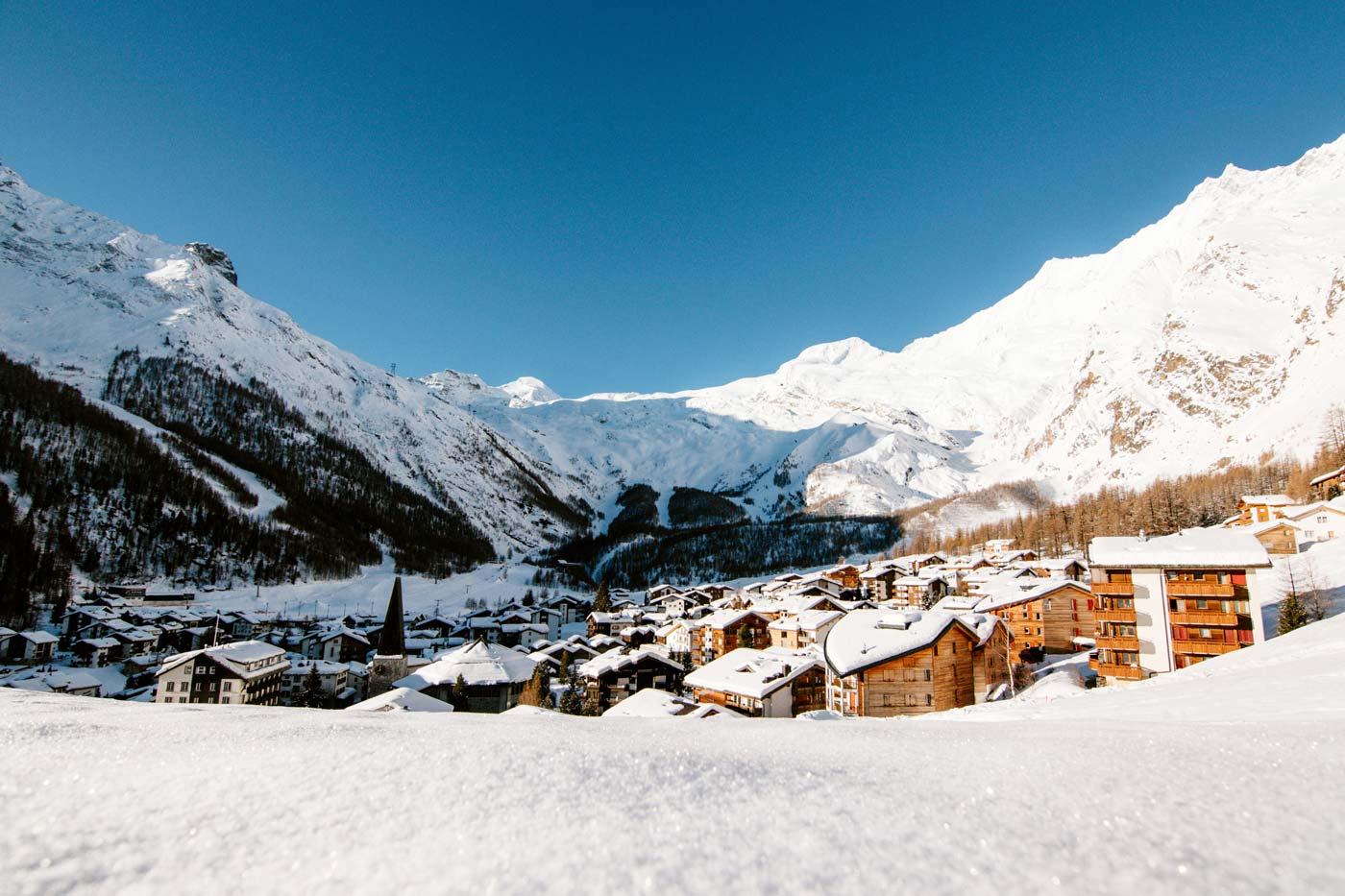 Besneeuwd dorp Saas-Fee in Zwitserland