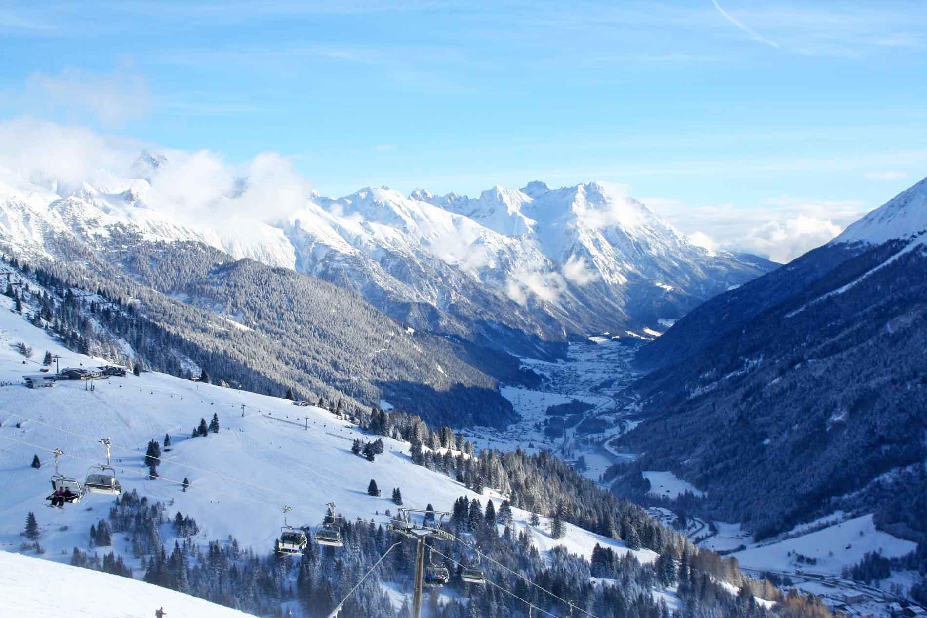 Skigebied Ski Arlberg in Oostenrijk uitzicht op het dal