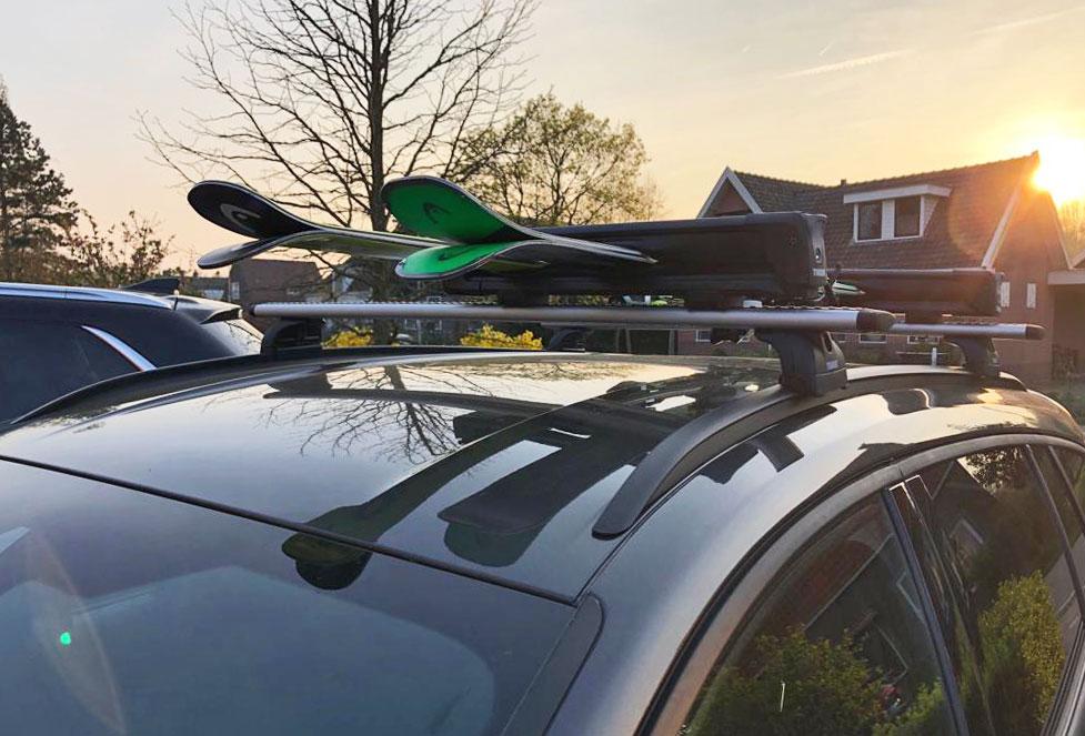 Skidragers op het dak van de auto