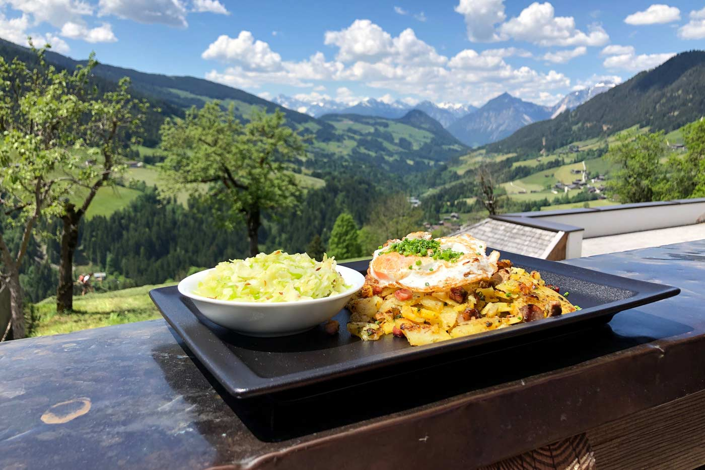 Tiroler Gröstl in een berghut in de zomer