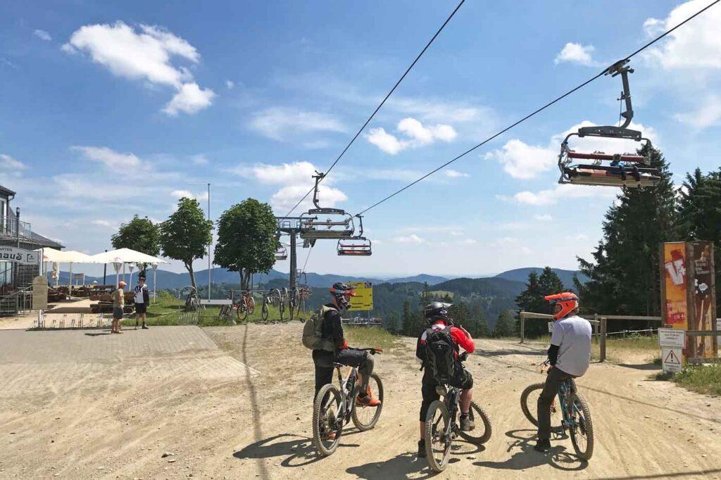 Mountainbikers en stoeltjeslift in Winterberg