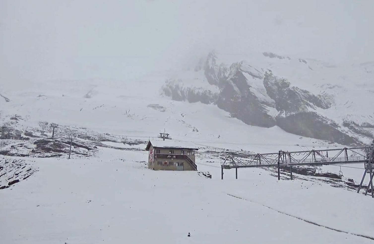 Verse sneeuw in juli in Saas-Fee