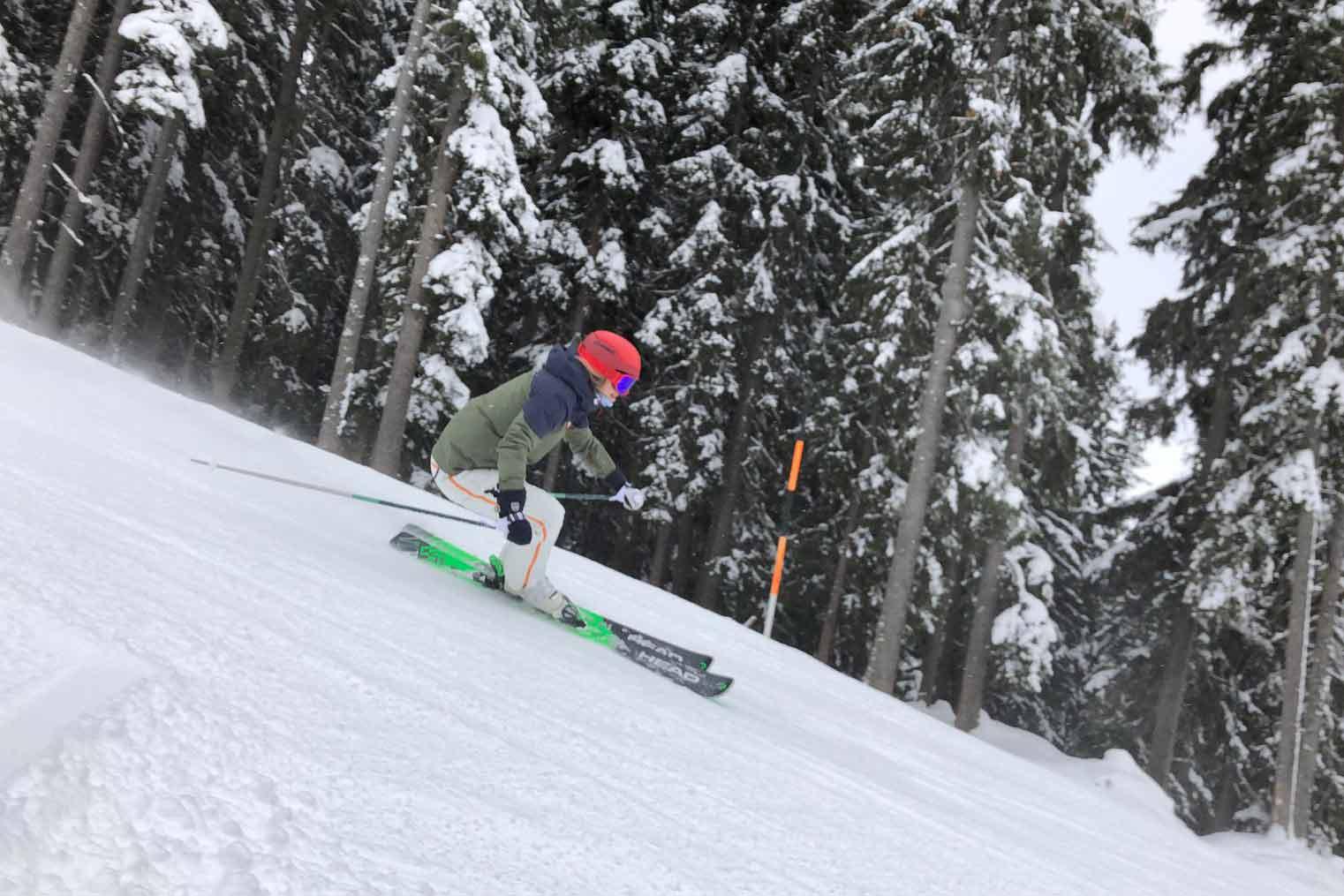 Skiën op de piste op een allmountain ski