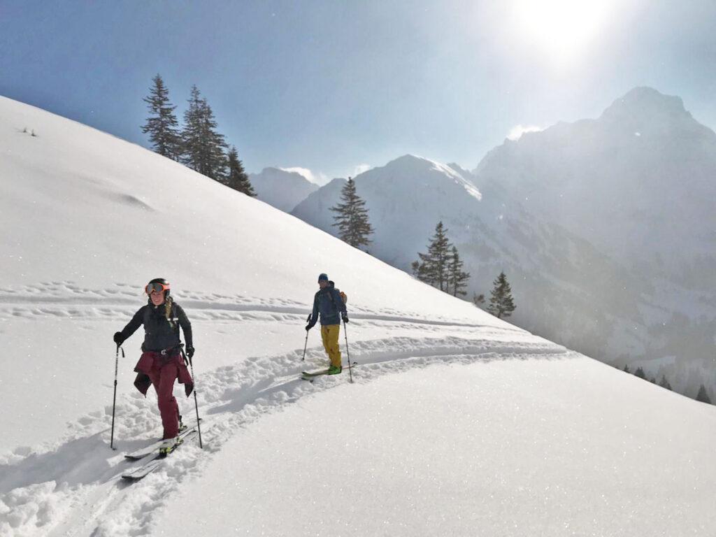 Twee toerskiërs op de berg tijdens het toerskiën