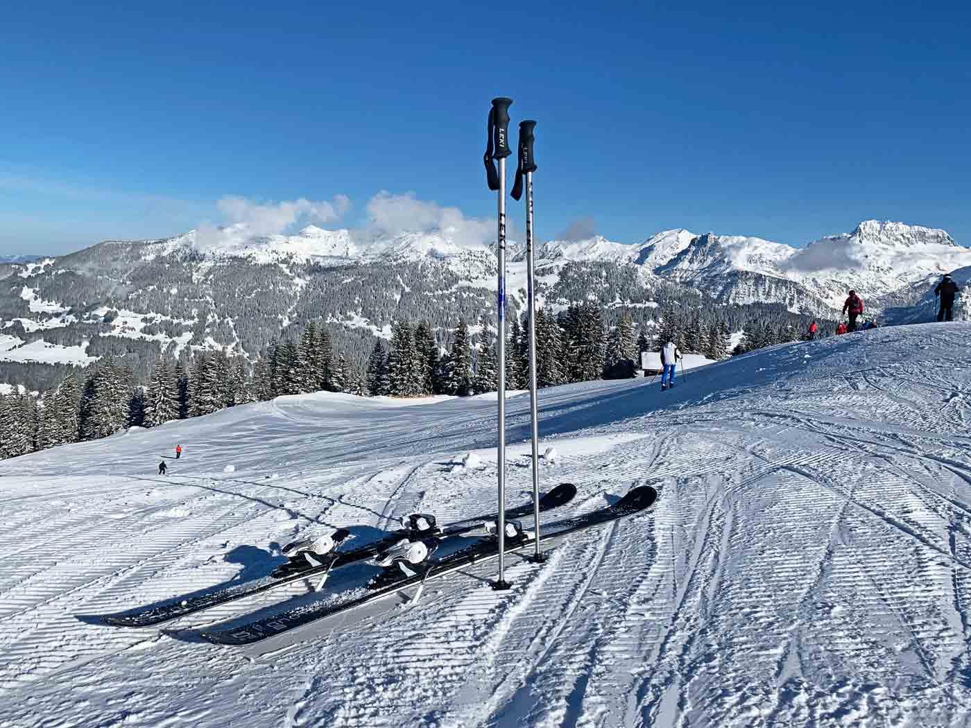 Allmountain ski op de piste in de sneeuw
