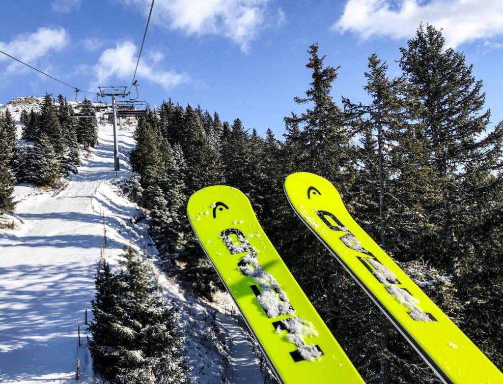 In de skilift met ski's in de Zillertal Arena
