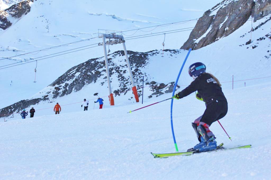 Slalom skiën met een slalom ski