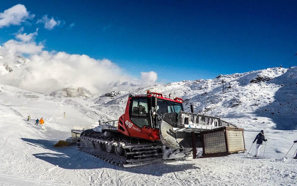 Pistenbully in skigebied