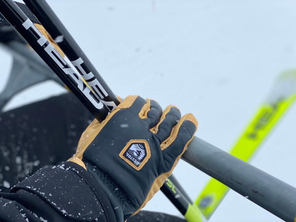 Handschoen in skilift