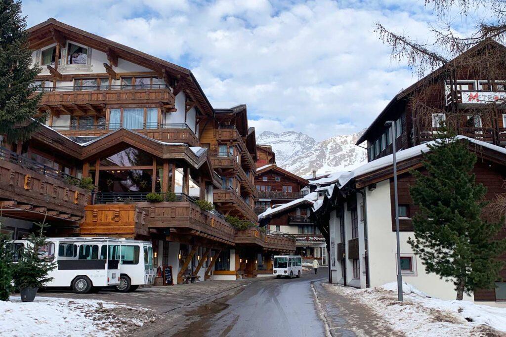Huizen dorpsstraat Saas Fee