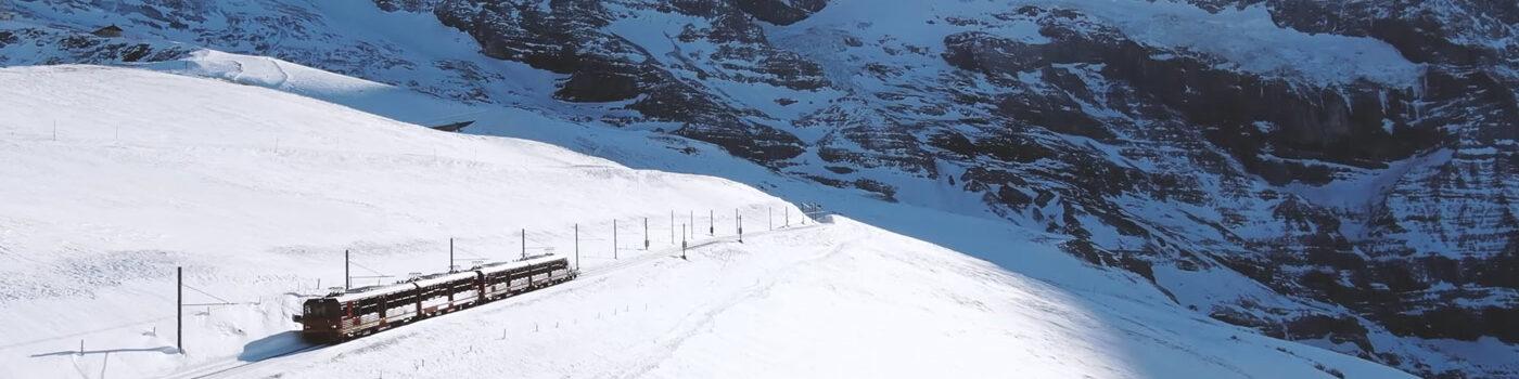 Beste drone shots Zwitserland trein in de besneeuwde bergen