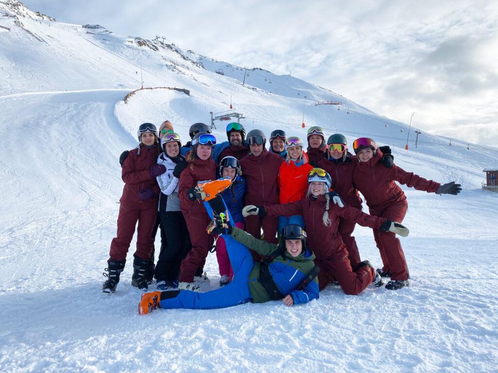 Groep vrienden op wintersport