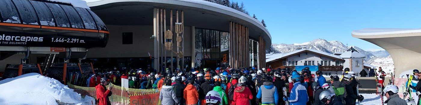 Drukke vakantieweken wintersport rij voor skilift