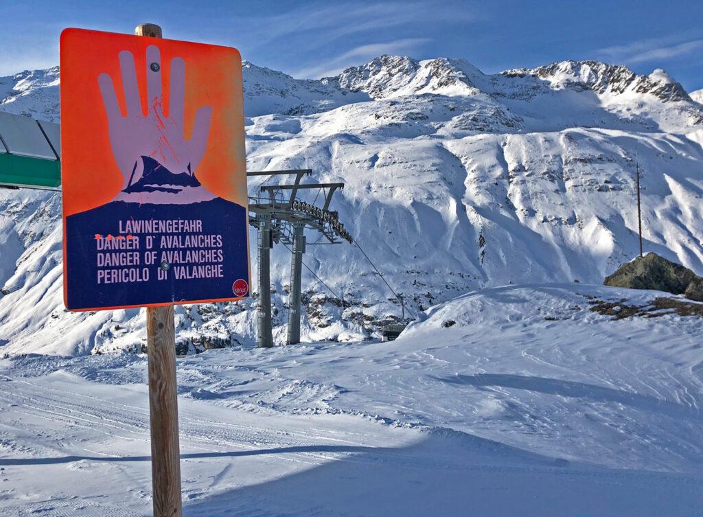 Bord met lawinegevaar in skigebied