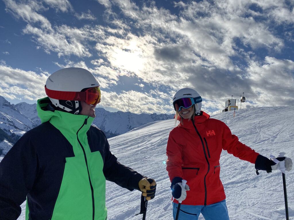 Onderzoek coronavirus en wintersport twee wintersporters op de piste