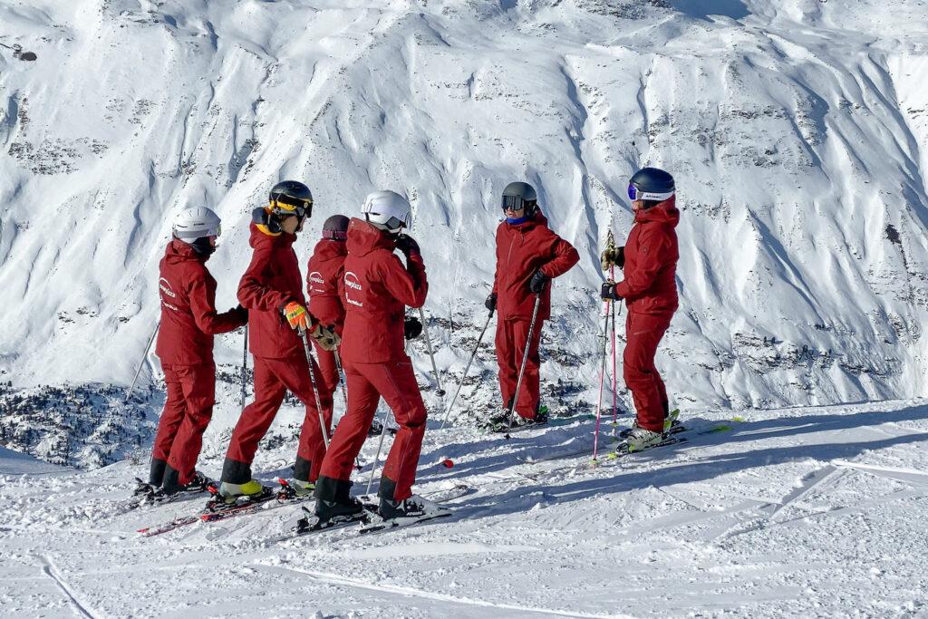 Groep op wintersport met dezelfde skipakken