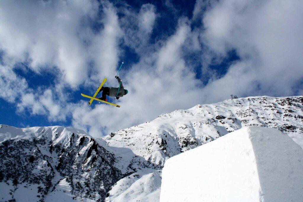 Trics tijdens freestyle skiën.