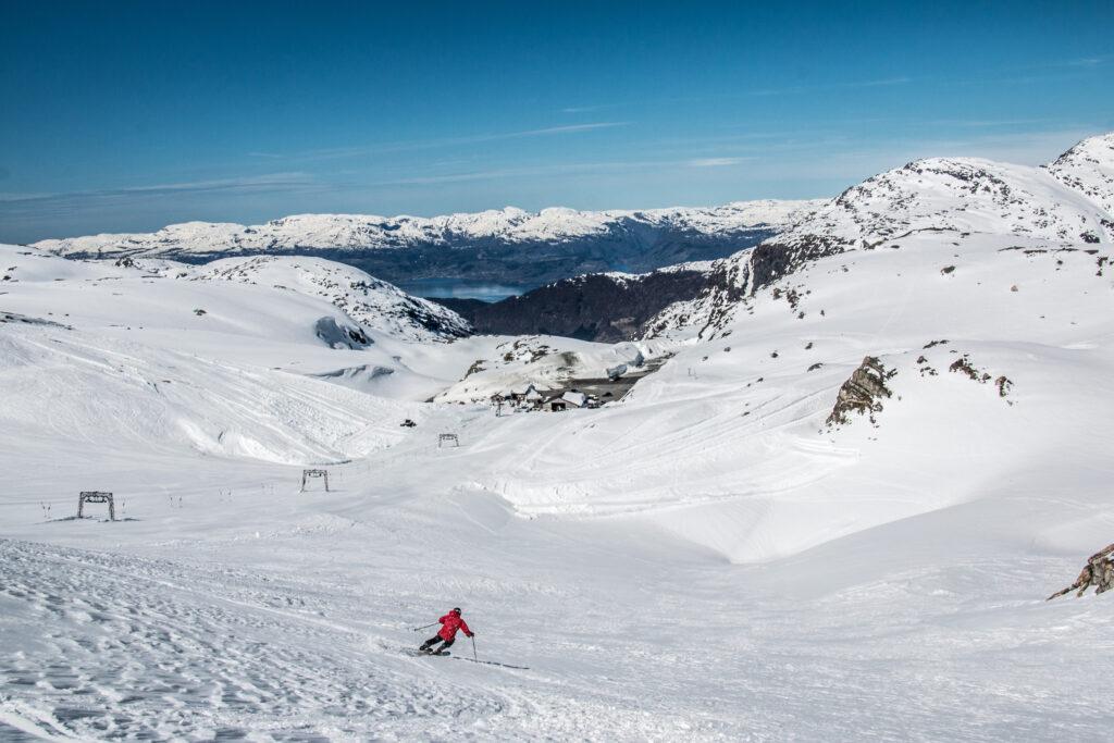 Skiën in de zomer met uitzicht op Fjord