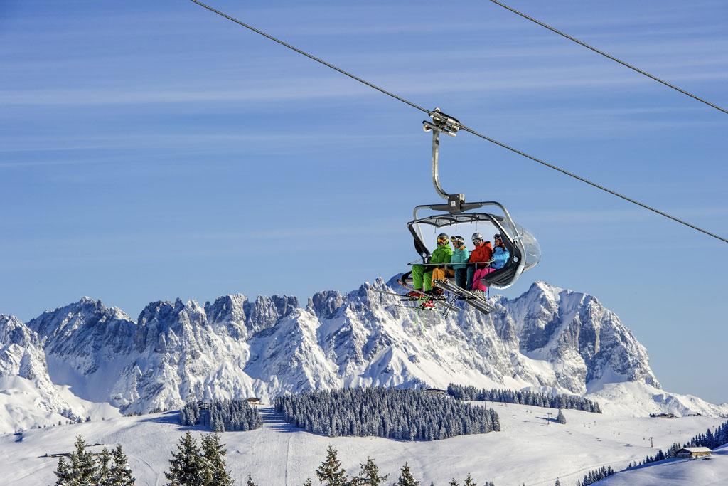 Stoeltjeslift met skiers