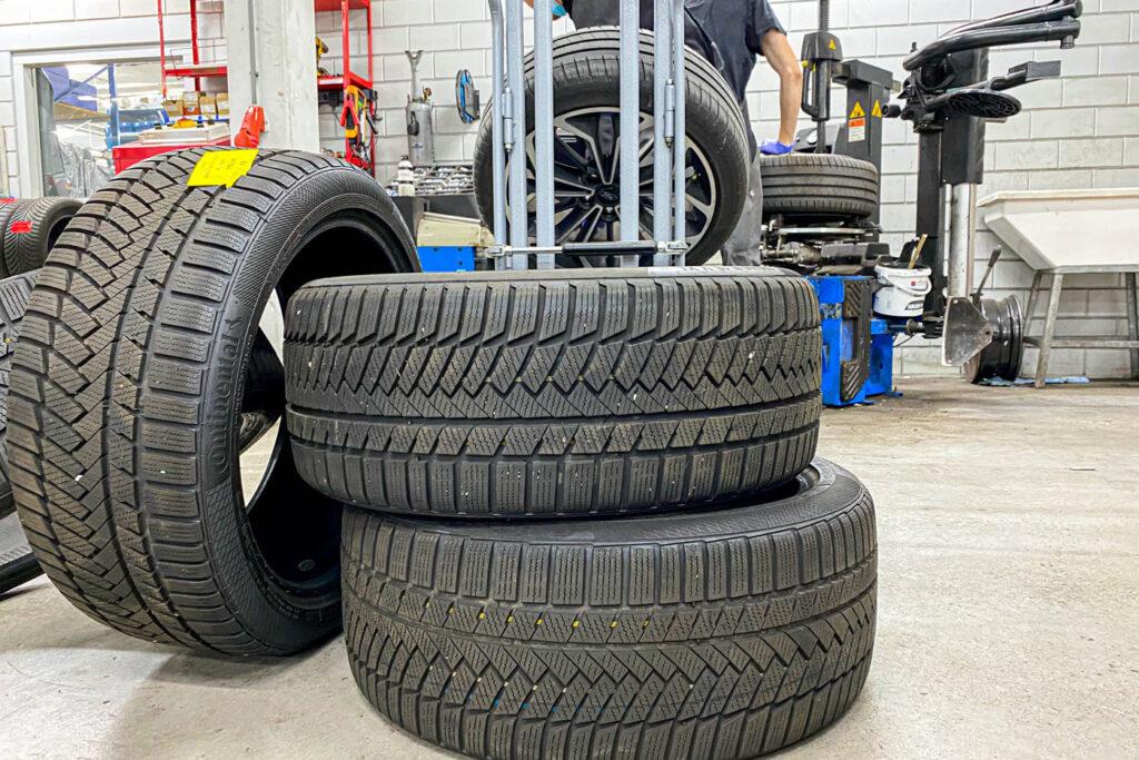 Winterbanden bij de garage